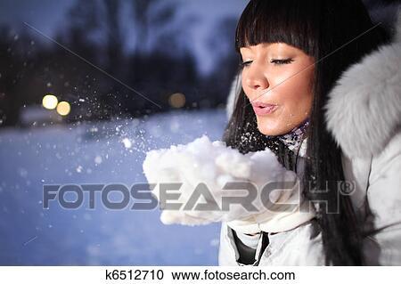 stock fotografie sch ne frau in winterbilder park k6512710 suche stockfotografien fotos. Black Bedroom Furniture Sets. Home Design Ideas