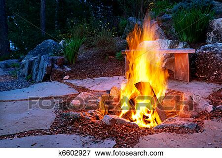 Beeld steen terras met vuur pit k6602927 zoek stock fotografie foto 39 s prints beelden - Zomer keuken steen ...