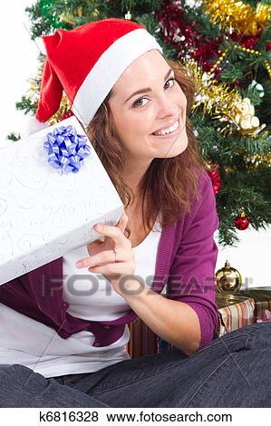 bilder junge frau mit weihnachtsgeschenk k6816328. Black Bedroom Furniture Sets. Home Design Ideas