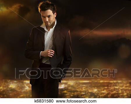 Stock fotografie elegante jung h bsch mann hin ber for Elegante wandbilder