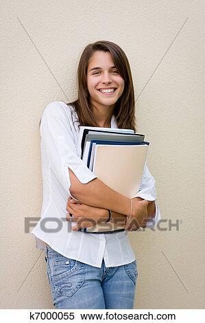 女生站在墙面的头像