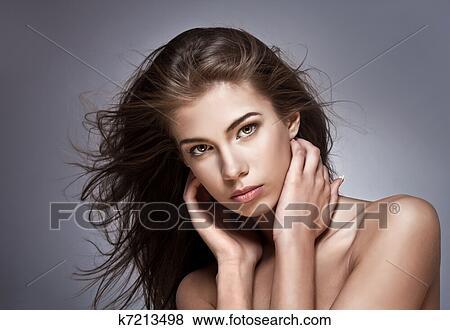 bilder sch ne frau mit flattern hair auf dunkel hintergrund k7213498 suche. Black Bedroom Furniture Sets. Home Design Ideas