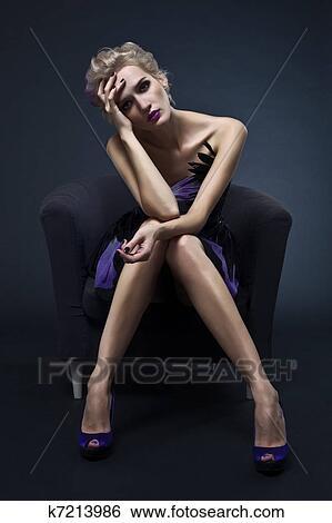 юнная фото модель на стульчике фото