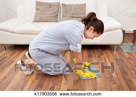 горничная моет пол фото
