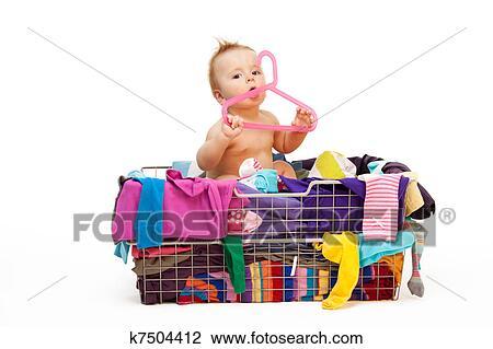 Banque de photo b b dans v tements et cintre k7504412 recherchez des images des - Cintre vetement bebe ...