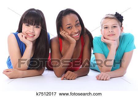 Fille noire sur des amis