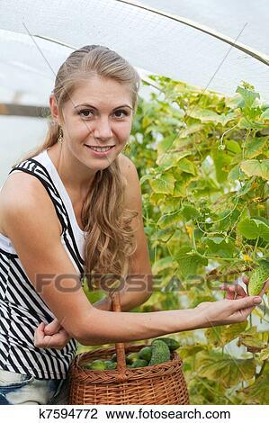 фото девушка с огурцом