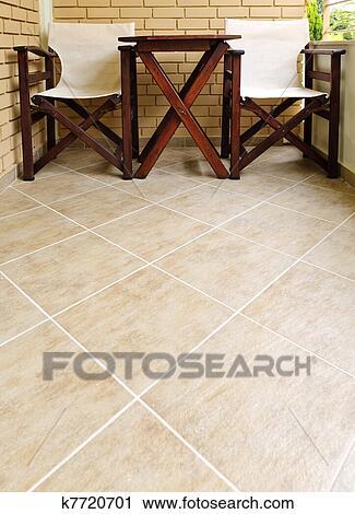 Banco de fotograf as sillas y tabla en piso - Sillas de piso ...