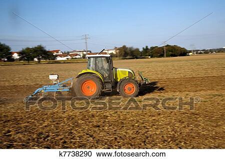 Banques de photographies tracteur est courant sur - Labourer la terre ...