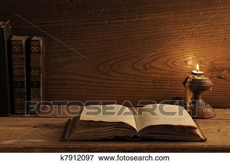 bild alt buch auf a holztisch per kerzenschein k7912097 suche stockfotografie fotos. Black Bedroom Furniture Sets. Home Design Ideas