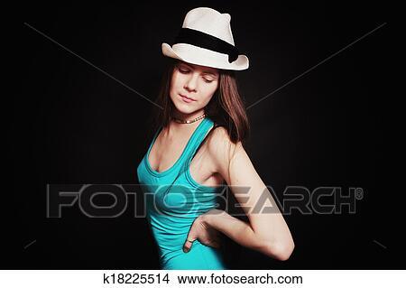 女生戴黑色帽子头像