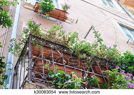Archivio fotografico davanzale finestra con fiori - Davanzale finestra ...