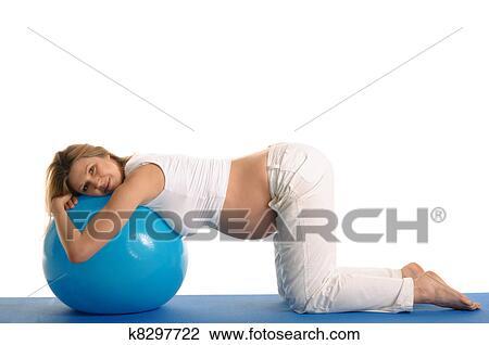 banque de photo femme enceinte pratiquer yoga boule bleue k8297722 recherchez des. Black Bedroom Furniture Sets. Home Design Ideas