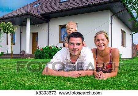 banque de photo famille heureuse et maison k8303673 recherchez des images des. Black Bedroom Furniture Sets. Home Design Ideas