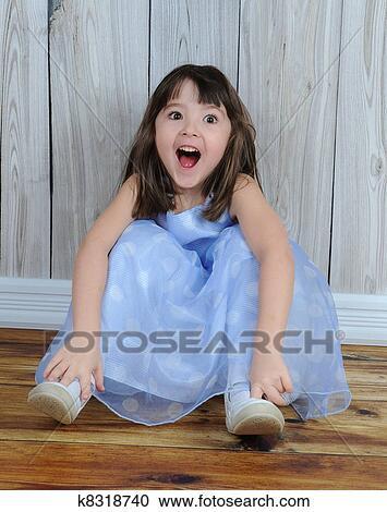 表达 小女孩 坐在地板上 放大图片
