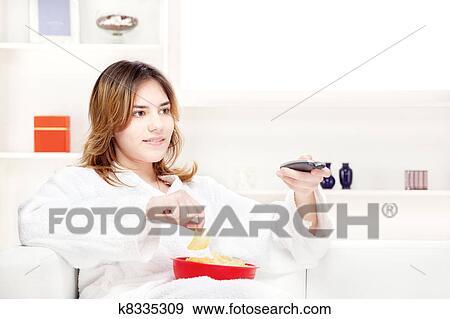 Stock fotografie tiener meisje thuis kijkende televisie k8335309 zoek stock fotografie - Tiener meisje foto ...
