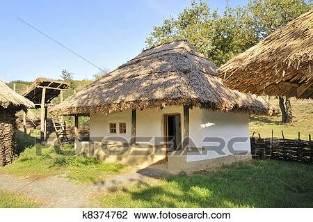 Stock foto traditionele landelijk huisje met een stro dak k8374762 zoek stock - Huisje met vide ...