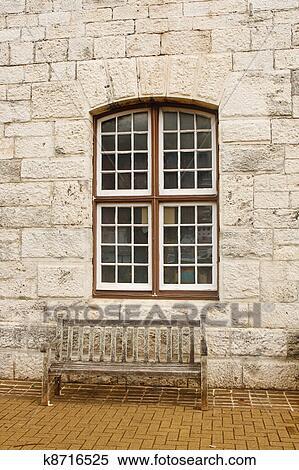 Archivio immagini vecchio panca legno sotto finestra - Aprire finestra muro esterno ...