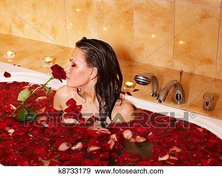 фото девушка в ванной