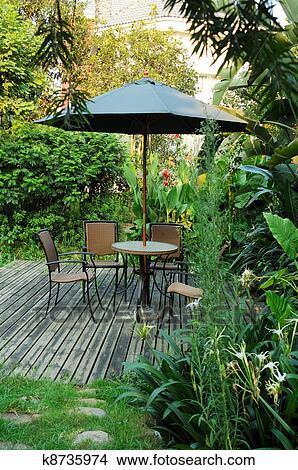 Banque de photo meubles jardin rotin chaises et - Parapluie de jardin ...