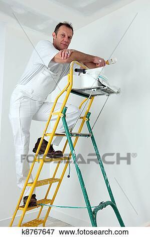 image peintre escalade chelle peindre plafond k8767647 recherchez des photos des. Black Bedroom Furniture Sets. Home Design Ideas