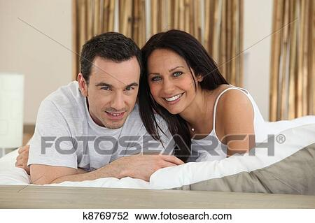 banque de photo jeune couple amoureux mettre dans lit k8769752 recherchez des images des. Black Bedroom Furniture Sets. Home Design Ideas
