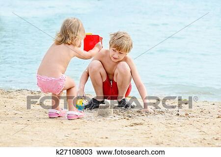 брат и сестра фотографируются голыми