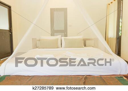 Arkivfotografi   konge, størrelse, seng, og, nettogardiner, for ...