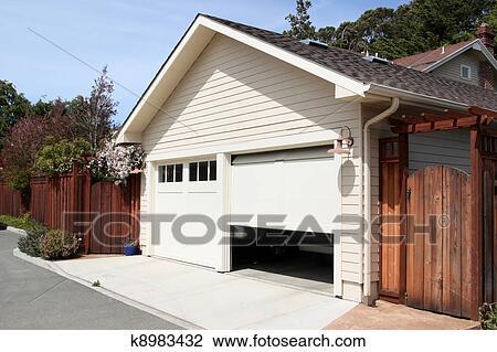 Banque de photo ouvert garage k8983432 recherchez des for Garage ouvert autour de moi