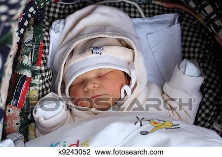 banque de photo nouveau n dormir dans les poussette k9243052 recherchez des images des. Black Bedroom Furniture Sets. Home Design Ideas