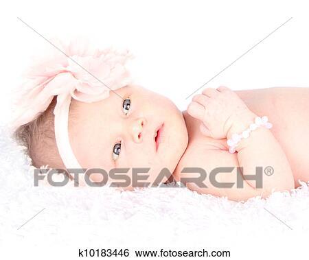 banque d 39 images une veill nouveau n pose sur a couverture k10183446 recherchez des. Black Bedroom Furniture Sets. Home Design Ideas