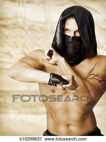 goliy-paren-s-pistoletom