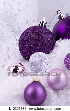 Stock bilder sch n weihnachtsdeko in lila und silber wei schnee k10323686 suche - Weihnachtsdeko lila ...