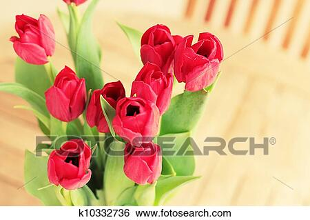 Stock afbeeldingen de decoratie van het huis vaas van rode bloemen op tuinieren tafel - Afbeelding van decoratie ...