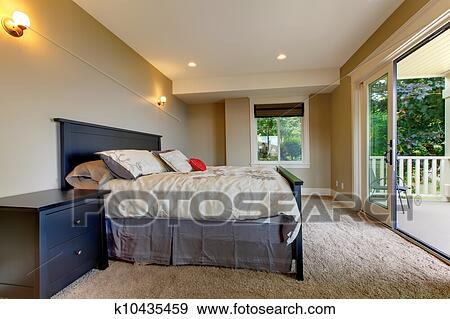 banque de photographies chambre coucher moquette et grand balcon door k10435459. Black Bedroom Furniture Sets. Home Design Ideas