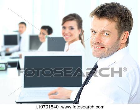 banques de photographies portrait de a heureux homme entrepreneur afficher informatique. Black Bedroom Furniture Sets. Home Design Ideas