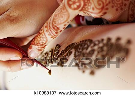 bild henna kunst auf hand frau k10988137 suche stockfotografie fotos drucke bilder und. Black Bedroom Furniture Sets. Home Design Ideas