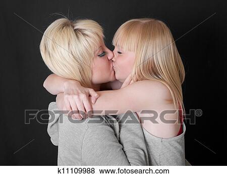 kak-dve-blondinki-tseluyutsya