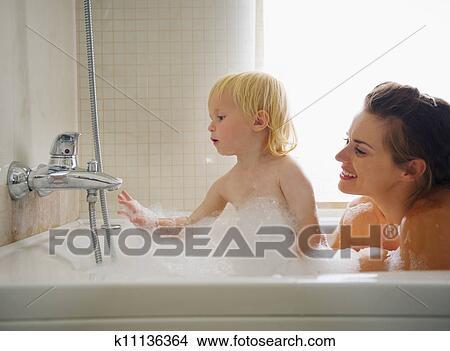сын подглядывает как мать моется фото