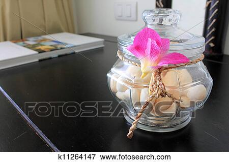 bild nachtisch bepackt in glasglas und dekoriert mit blume k11264147 suche. Black Bedroom Furniture Sets. Home Design Ideas