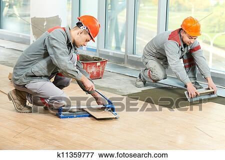 Immagine due piastrellisti a industriale pavimento - Piastrellista cerca lavoro ...