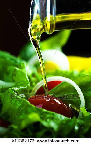 banque de photo sain salade et verser huile d 39 olive. Black Bedroom Furniture Sets. Home Design Ideas