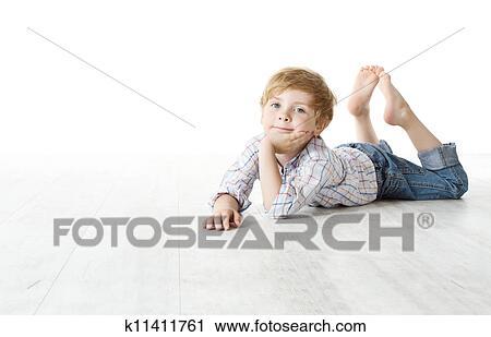 Stock fotografie kind unten liegen auf boden for Boden liegen