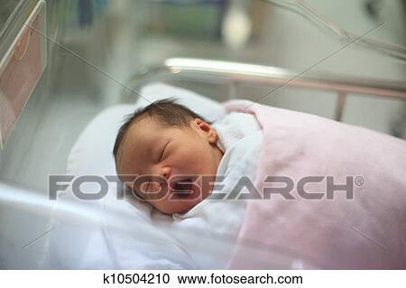 banques de photographies nouveau n nourrisson endormi dans les couverture k10504210. Black Bedroom Furniture Sets. Home Design Ideas
