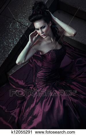 stock fotografie sch ne frau in violettes kleid k12055291 suche stockfotos fotos prints. Black Bedroom Furniture Sets. Home Design Ideas