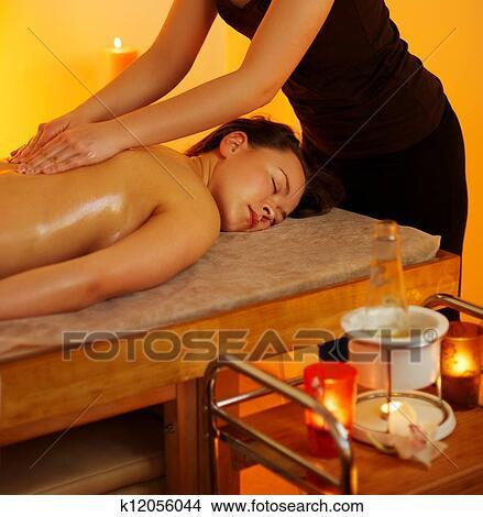 женщина на массаже фото