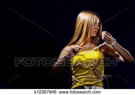 фото девушка связанная