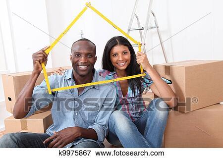 Image jeune couple achat nouvelle maison k9975867 for Achat nouvelle maison impot