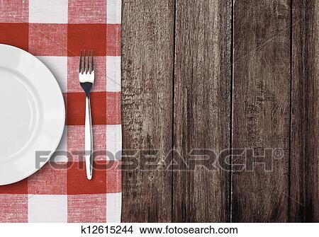 stock foto wei e platte und gabel auf alt holztisch mit rot kariert tablec k12615244. Black Bedroom Furniture Sets. Home Design Ideas