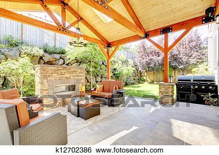Stock afbeeldingen buitenkant overdekte veranda met openhaard en furniture k12702386 - Foto buitenkant terras ...